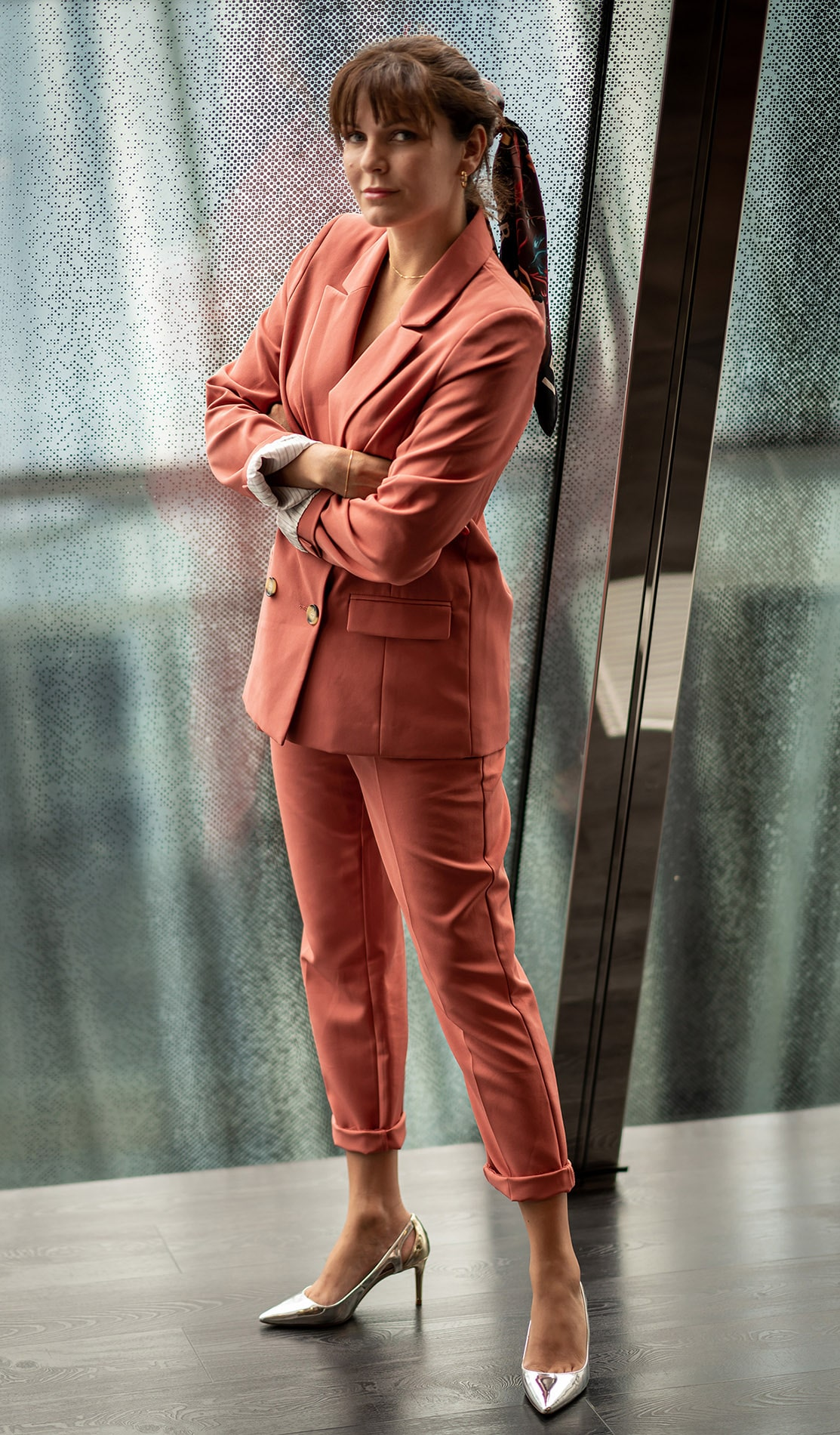 elo in peach coloured suit in the lounge at the westin hamburg